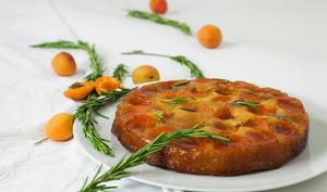 Gâteau renversé aux abricots, miel de citronnier et romarin