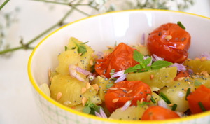 Salade de pommes de terre, tomates cerises rôties et aromates, sauce citronnée