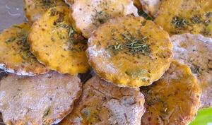Biscuits salés à la tomate, olive verte et parmesan