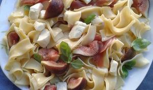 Salade de pâtes, figues fraîches, jambon de Parme, mozzarella et parmesan