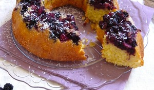 Upside-down madeleine cake aux mûres sauvages et noix de coco