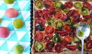 Tarte aux tomates anciennes, ricotta, pâte sablée à l'olive noire de Nyons et pesto de coriandre