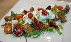 Burrata au poivre de Penja sur salade mesclun, pourpier, tomates cerises, framboises et figue fraîche
