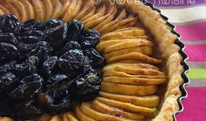 La tarte aux pommes et aux pruneaux
