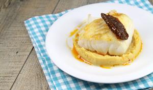 Cabillaud poêlé, purée de pois chiches et pétale de tomate séchée