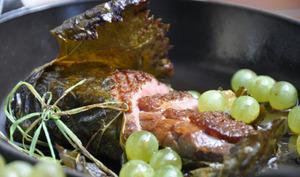 Un magret de canard cuit en feuille de vigne