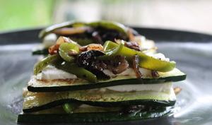 Bouchées rafraîchissantes, courgettes féta, oignon et poivron confit aux olives noires