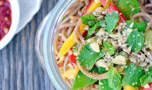 Salade de Nouilles de Soba avec Sauce aux Arachides