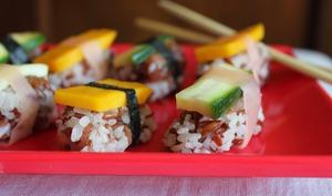 Duo de nigiri-sushi bicolores végétariens