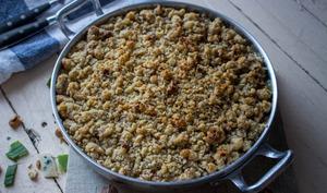 Crumble salé poireaux, fourme d'Ambert, noix