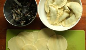Raviolis aux blettes, champignons, bacon sauce curry et chèvre
