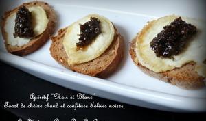 Toasts de crottin de chèvre et confiture d'olives noires