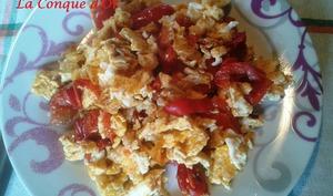 Oeufs brouillés aux poivrons et tomates cerises