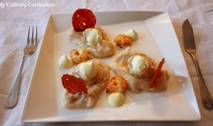 Noix de St Jacques et crevettes, chips de chorizo et chantilly au safran sur lit de purée haricots lingots
