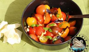 Salade de tomates multicolores aux pignons de pins grillés