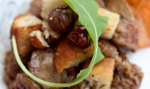 Foies de volailles, noisettes et croûtons