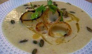 Crème de Boulettes de Bussy aux oignons doux des Cévennes, huile de noix et graines de courges grillées