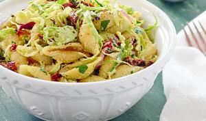 Salade de pâtes aux choux de Bruxelles et tomates séchées