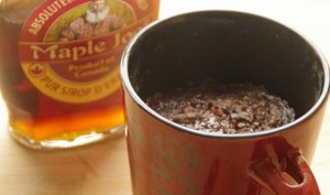 Mug cake chocolat, noix et sirop d'érable