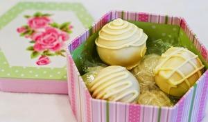 Cake balls, boules de gâteau, fourrées à la framboise, décor chocolat blanc