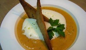 Velouté de courge et châtaignes, mousse de parmesan, croustillant de pain aux céréales et huile de truffe