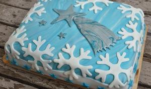 Gâteau d'anniversaire au chocolat, recouvert d'un décor glacial en pâte à sucre