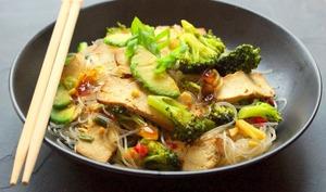 Wok de brocoli au tofu fumé, avocat et nouilles