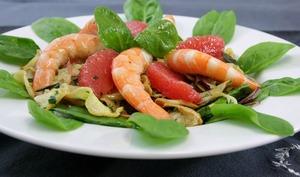 Salade de pousses d'épinards, pomélos, crevettes, fenouils et panais confits