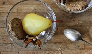 Poires pochées au safran, chips d'épluchures et sablés noisette