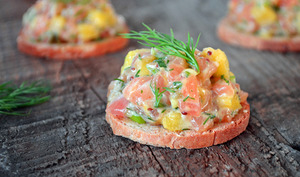 Canapés de tartare de saumon à la mangue et à l'aneth