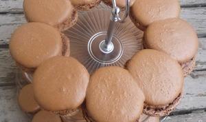 Macarons en couronne à partager au chocolat au lait et praliné de noix de macadamia