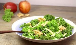 Salade de chou Kale, noix de Grenoble et pomme Gala