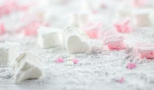 Un chamallow tout rose et une guimauve toute blanche