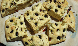 Focaccia express aux tomates, olives et romarin