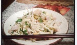 Petite salade fraiche au chou petsai mangue, germes de haricots mungo et poulet à la coriandre