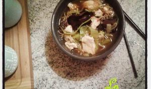 Soupe aux vermicelles de blé poulet et champignons noirs