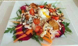 Salade de betteraves crues, roquefort, poires et œuf mollet