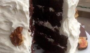 Gâteau d'anniversaire chocolat, noix et crème