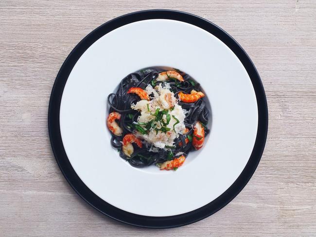 Linguine à l'encre de seiche, écrevisses, crabe et piment