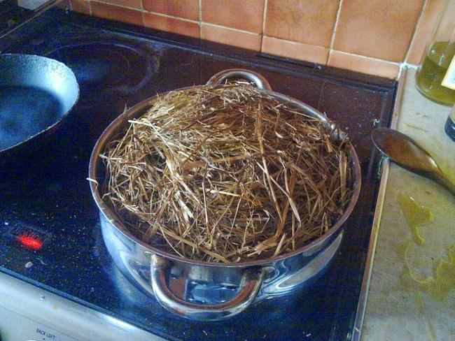 Agneau cuit dans le foin , garni de pommes de terre rôties aux fines herbes