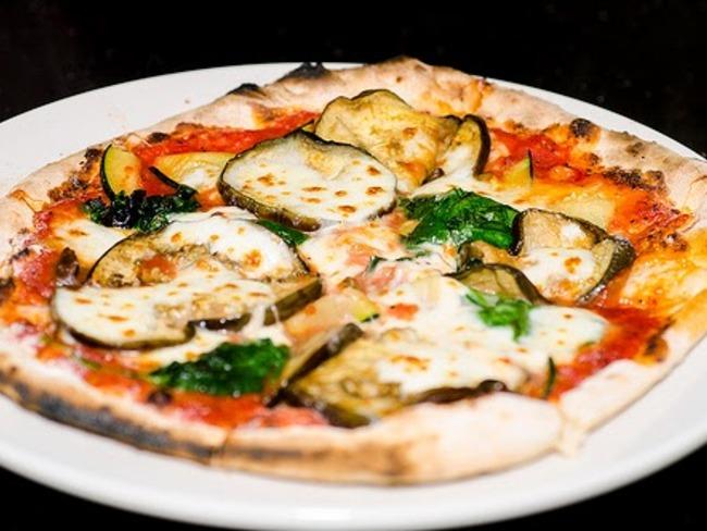 Pizza parmigiana, tomates, aubergines, mozzarella, parmesan