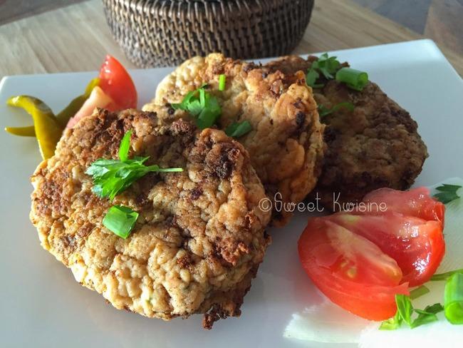 Les croquettes de poisson et salade de concombre à la thaïlandaise