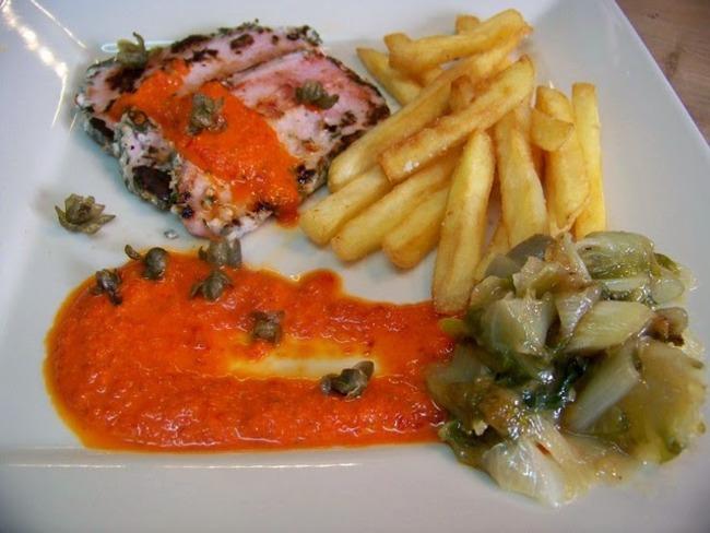 Sauce froide au poivron rouge et câpres frits sur Lomo grillé
