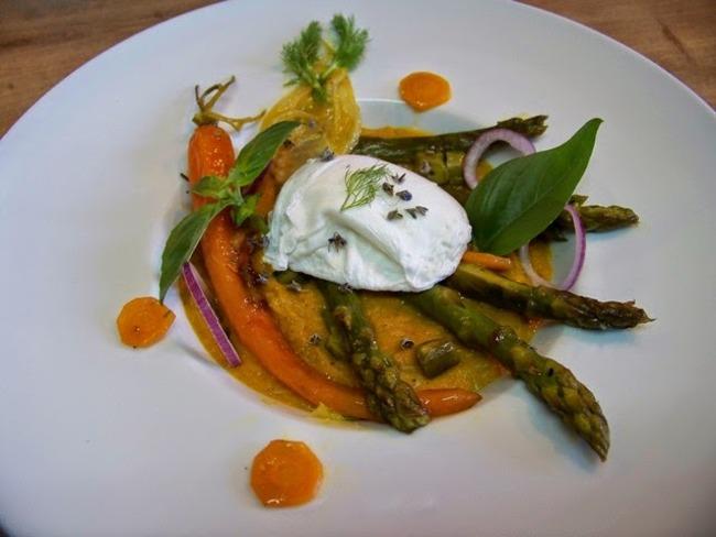 Oeuf poché sur purée de carottes et de fenouil à la vanille, poêlée de légumes printaniers