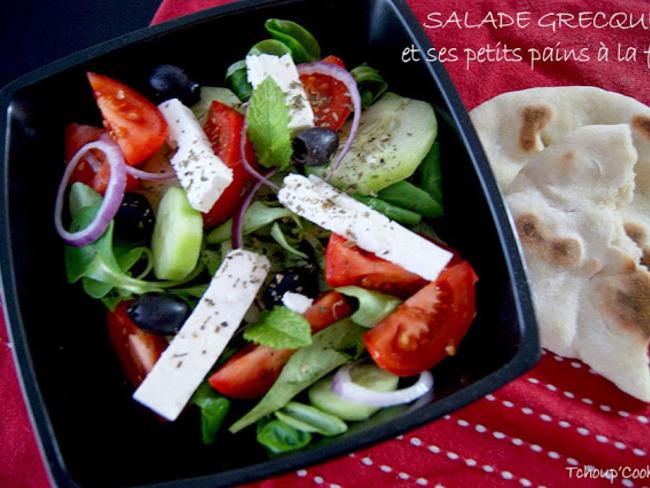 Salade grecque et ses petits pains à la féta