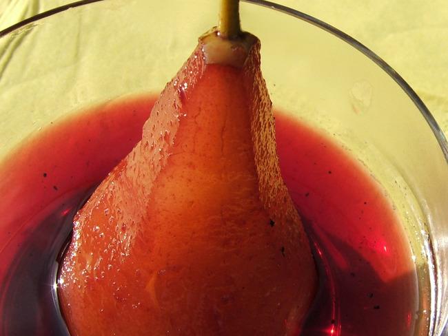 Poires au vin, au miel et à la cannelle