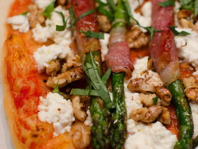 Pizza aux asperges vertes enroulées dans du jambon de Parme