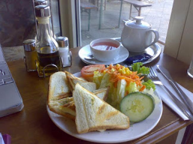 Sandwich tramezzini au saumon fumé, mayonnaise, roquette, olives