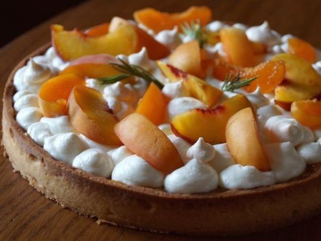 Tarte abricot, pêche et romarin