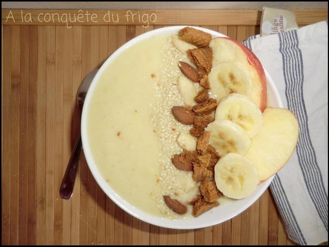 Smoothie bowl dynamique à l'ananas, banane et pomme